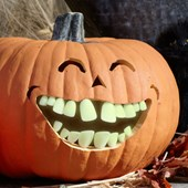 Glow in the Dark Buck Pumpkin Teeth (18 count)