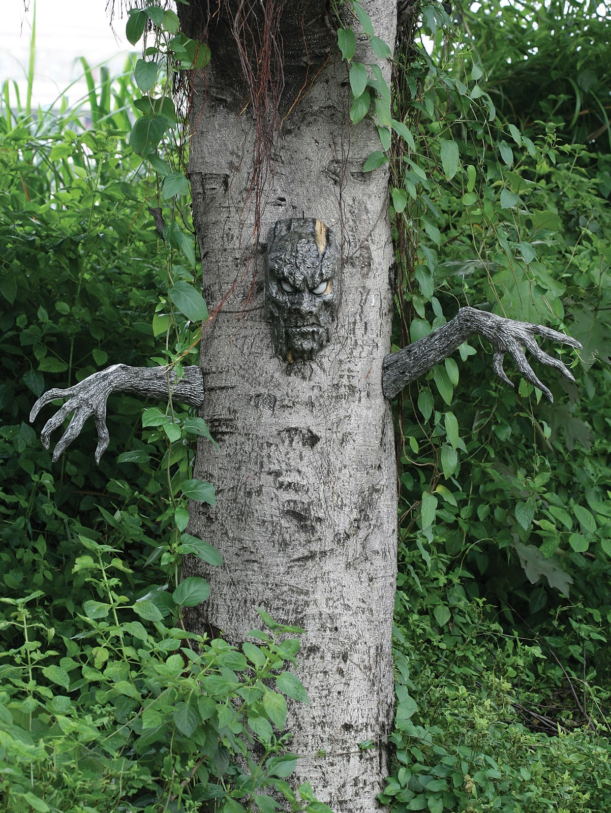 Spooky living tree outdoor decoration for Outdoor tree decorations